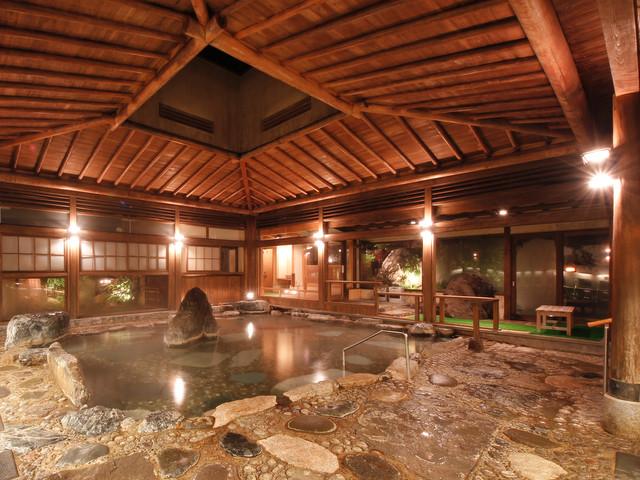 三朝温泉 依山楼岩崎 数寄屋造りの天井と巨石が特徴の大浴場