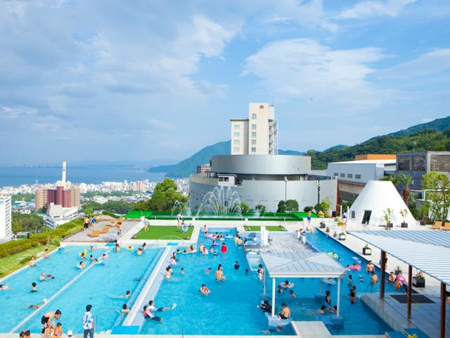 杉乃井ホテル本館 「ザアクアガーデン」。水着で遊べる露天型温泉施設