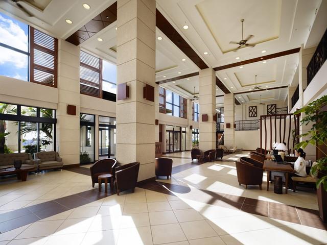 カフーリゾートフチャク コンド・ホテル 落ち着いたインテリアで寛ぐロビー(ホテル棟)