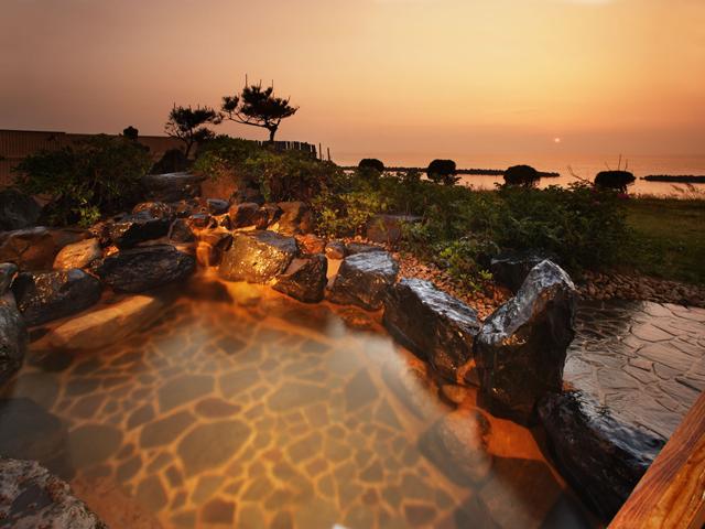 ゆうなみの宿瀬波ビューホテル 壮大な日本海を眺望する露天風呂