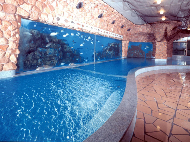 ホテルサンハトヤ 浴槽の隣の大水槽で魚が泳ぐ「お魚風呂」