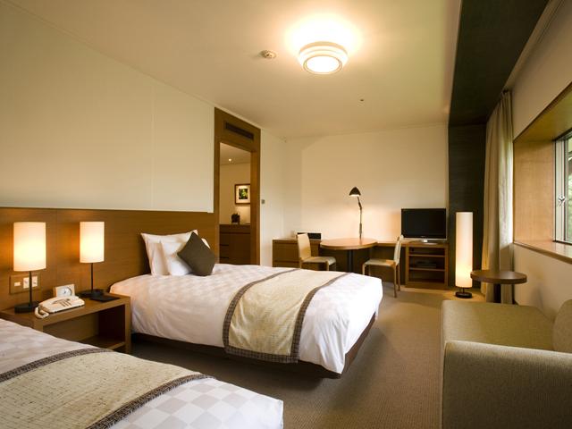 軽井沢プリンスホテル イースト ピクチャーウインドーからは色鮮やかな自然が広がります
