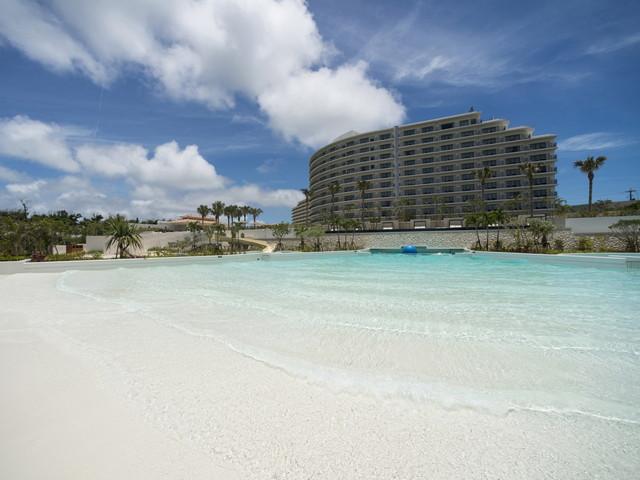沖縄でも希少な波のプールを有する屋外プールやキッズ用のスライダープールも。
