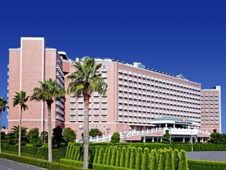 ピンクの外観が印象的なリゾートホテル