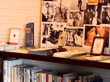 こだわりの書物棚にはお子様向け絵本も