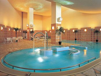 滞在中無料で楽しめる室内温水プール