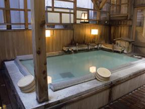 奈良屋 木のぬくもりがあたたかいちょっと熱めの露天風呂