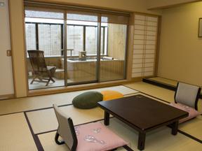 ホテル櫻井 お湯につかりながら草津市街を一望できる贅沢な空間