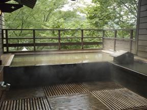 岸権旅館 日本の古き良き温泉旅館の情緒が息づく露天風呂