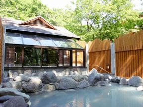 中禅寺金谷ホテル 源泉かけ流しの露天風呂でからだの芯から温まる