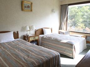 ホテルサンバレー那須 陽光が降り注ぐ大きな窓はリゾート気分を満喫させてくれる