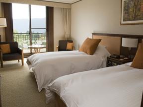 小田急 山のホテル 落ち着いたトーンでまとめられた心安らぐ客室の装い