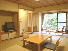 小田急 ホテルはつはな 明るい陽光が窓辺に踊り、ゆったりくつろぐひとときを演出