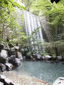 箱根湯本ホテル 滝の音をBGMに広さが嬉しい露天風呂