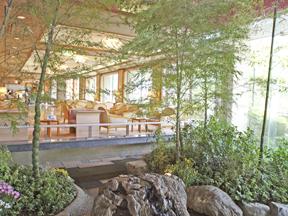 ホテル河鹿荘 玄関を入るとすぐ目につく竹の庭