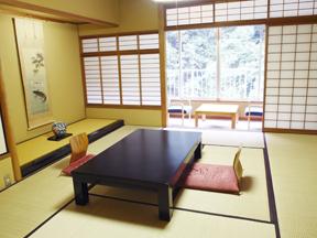 箱根パークス吉野 明るく広々とした10畳間、ほとんどの客室が同じ造りになっている