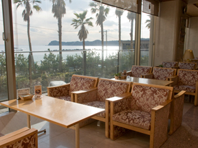 勝浦ホテル三日月 眺めのいいロビーにあるティーラウンジ四季彩