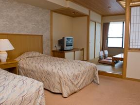 鴨川ホテル三日月 独立した化粧の間もある人気の高い和洋室は、窓からの眺めも最高