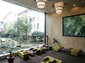 大江戸温泉物語 松島温泉 ホテル壮観 ロビーラウンジ「竹」。中庭の竹林が印象的