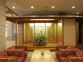 篝火の湯緑水亭 大理石をふんだんに用いた館内は、落ち着いた雰囲気でくつろげる