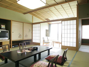 ホテル瑞鳳 大きな窓からのどやかな山や田畑を望む、広々とした間取りの和室