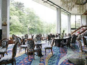秋保グランドホテル 磊々峡の自然が窓の外に広がるラウンジ