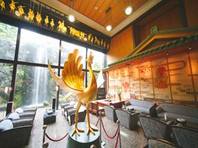 雄山閣 黄金の鳳凰と豪快な滝が目を引くロビー
