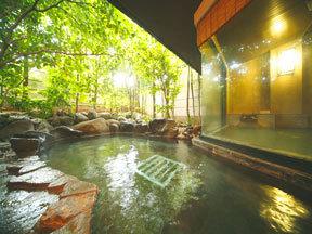 たちばな四季亭 大浴場から続く自然石の露天風呂