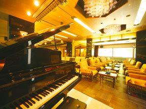 たちばな四季亭 夜はロビーラウンジで生演奏のピアノを楽しむ