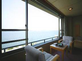 天空の宿大観荘 広縁からは海の景色が臨める