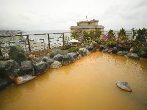 平成館海羊亭 自家源泉の赤湯を注いだ露天風呂