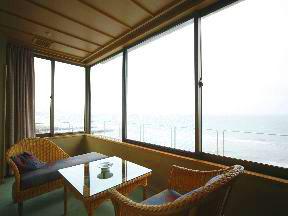 割烹旅館若松 一流の調度品と意匠を配した客室は全室から海を臨む
