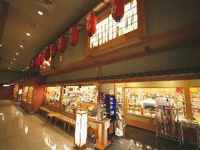 第一滝本館 本館1階にあるおみやげ処「湯の街」。雑貨と食料品類を数100種類もそろい、目移りしてしまいそうだ