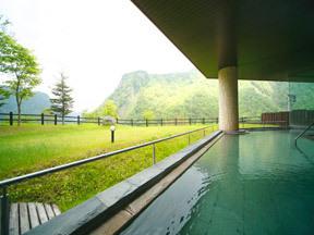 ホテル大雪 緑の芝生と層雲峡の岩峰を望む展望露天風呂
