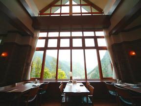 ホテル大雪 コース料理を楽しむ「トップオブキャニオン」