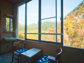 湯元 長生館 窓の正面に駒形岩が眺められる眺望自慢の客室