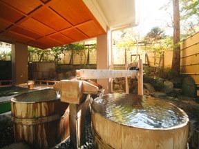 四万グランドホテル ご婦人露天風呂「室生の湯」にある樽風呂