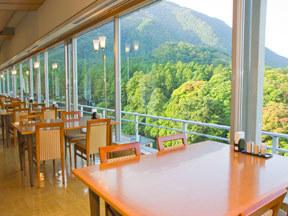 四季の宿みのや 大きなガラス窓が、明るい印象の展望レストラン「オープンテラス四季」