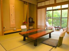 高志の宿高島屋 中庭を見渡すシンプルな和室