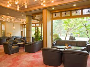 ホテル小柳 大きなガラス窓が豊かな光を注ぐ、コーヒーラウンジ