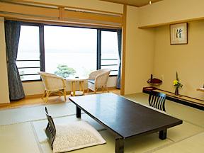 秀峰閣湖月 広々とした12.5畳の室内は、ゆったりと過ごすのに最適