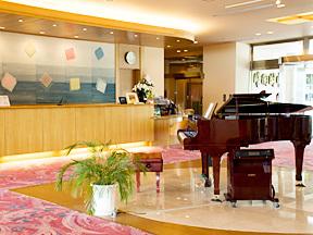 秀峰閣湖月 自動演奏のピアノの旋律が流れるフロントロビー