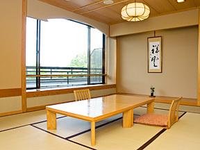 若草の宿丸栄 窓の外には、湖畔の風景が広がる、落ち着いた雰囲気の純和風客室