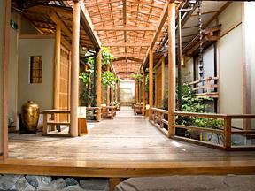 河口湖温泉寺露天風呂の宿 夢殿 玄関の格子戸をくぐると、静かな離れ家
