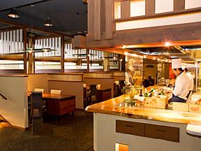 ホテル鐘山苑 中央に舞台のようにしつらえた厨房のある四季彩ダイニング美厨(みくり)