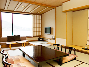湖山亭うぶや 晴れた日には前に河口湖、後ろに富士山を臨める、落ち着いた和室