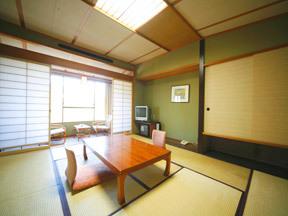 花巻温泉 ホテル千秋閣 モスグリーンの壁面などシックな色合いにやわらかな天井灯がそそぐ
