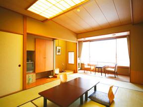ホテル紫苑 天井の間接照明や広縁の障子が品のよさを高める