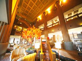 ホテル森の風鶯宿 天井が高く開放感があるロビーラウンジ