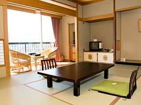 華やぎの章慶山 床の間には扇子を飾った、広々と使える落ち着いた雰囲気の和室